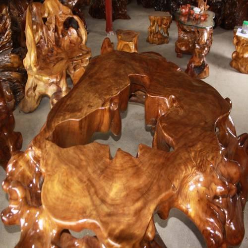 Bàn ghế được làm từ gỗ gù hương